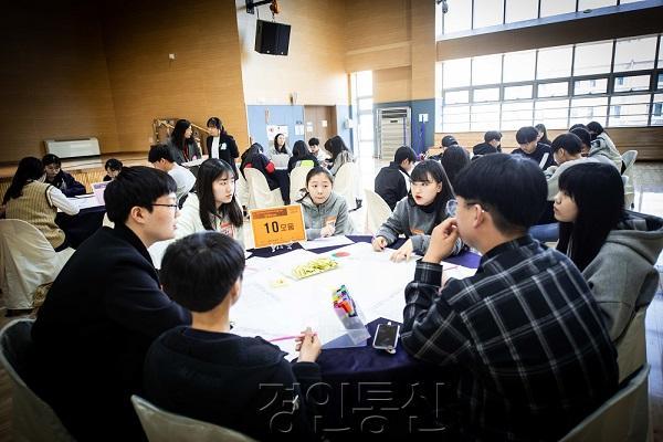 22 상상마당워크숍에서 청소년들이 열린토론을 하고 있는 모습.jpg