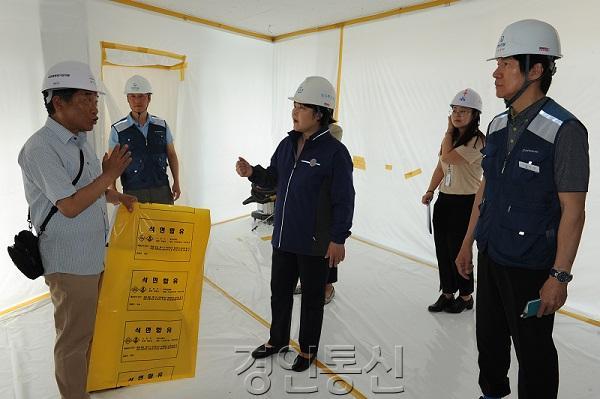 22 수원시의회 조명자 의장, 주택재개발 석면철거 현장 방문.jpg
