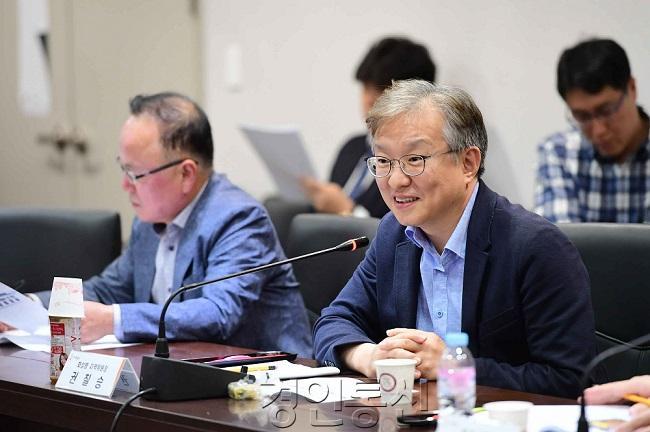 사진4-1. 당정협의회에서 발언중인 권칠승 국회의원.jpg