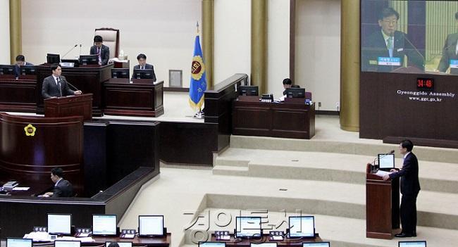 22 신정현 경기도의원이 경기도 에너지전환 계획과 관련해 도정질의를 하고 있다..jpg