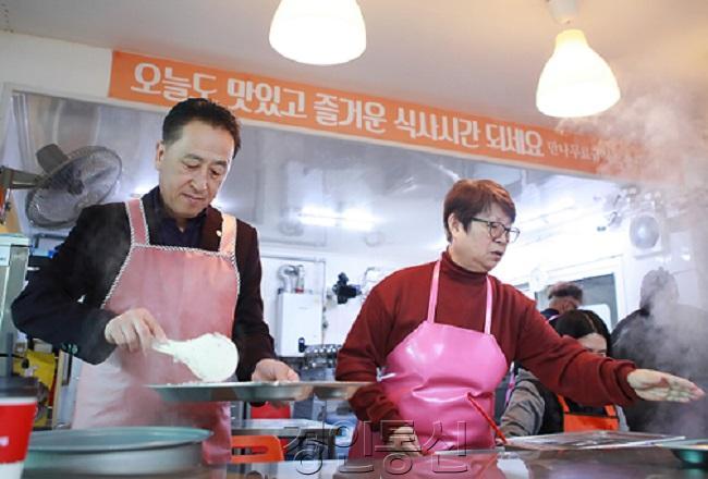 2_화성시의회, 설날 앞두고 이웃사랑 실천_1. 김홍성 의장(급식소 봉사).jpg