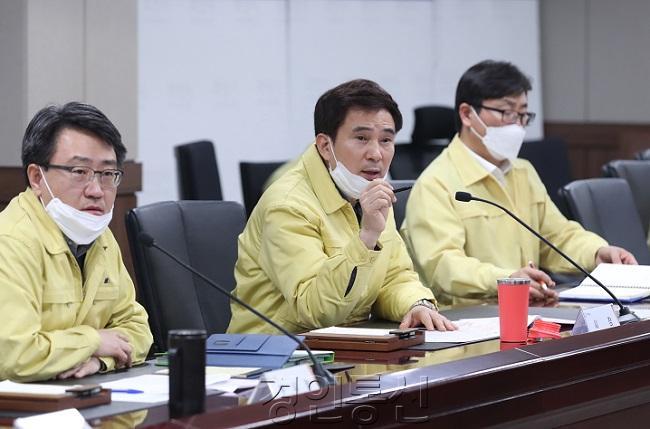 1긴급 방역대책회의에서 대책 강화를 당부하고 있는 서철모 화성시장.jpg