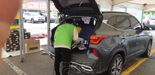 트렁크에 물품을 싣는 모습.jpg