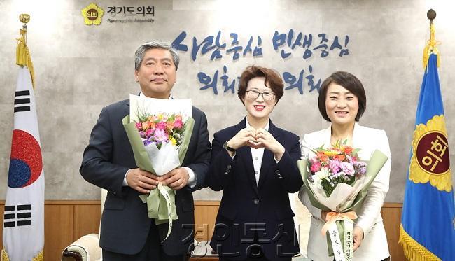 200519 플라워버킷챌린지_(왼쪽부터) 송한준 의장 최윤정 중부일보 대표 안혜영 부의장.jpg