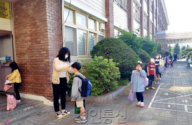 사진)27일 등교하는 초등학생들.jpg