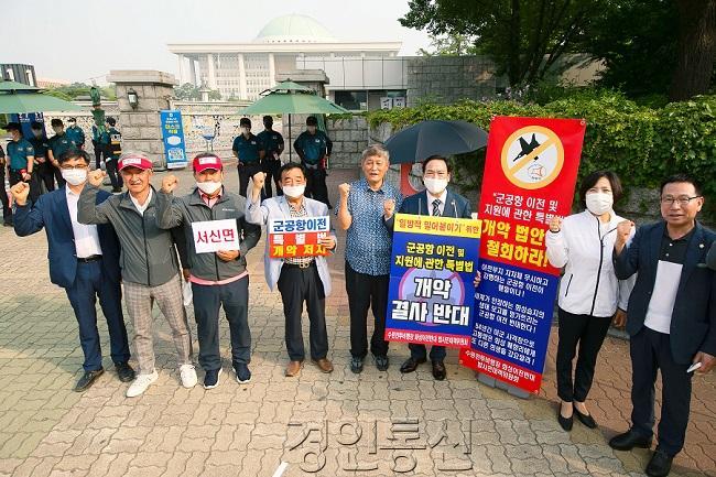 시위(오른쪽 -정흥범의원 , 박연숙 위원장, 원유민 의장).jpg