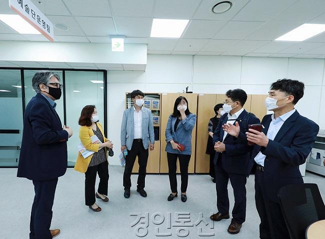 (오른쪽부터)관계자, 김도근, 공영애, 송선영, 김경희 의원, 관계자).jpg