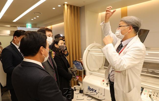 [사진3] 장비 설명하고 있는 왕순주 교수.JPG