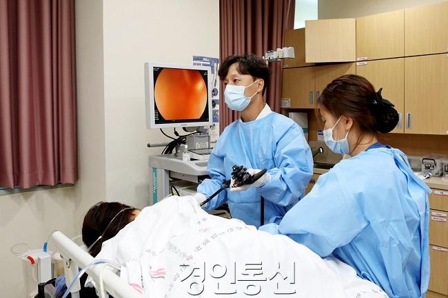 박세우 교수 내시경검사 모습.jpg